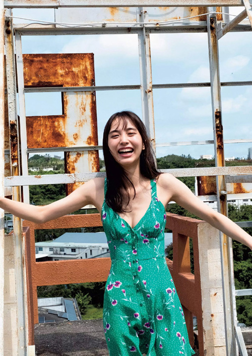 井桁弘恵 期待の新人女優が初水着。見事なモデル級スタイル…