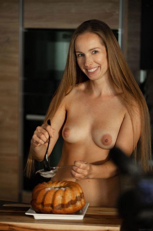 ケーキ作成動画を撮影する美熟女。焼き上がるまでの間に中○しSEXw裸で完成品見せてるし、You○ubeには投稿出来んなww【外人エロ動画と画像】