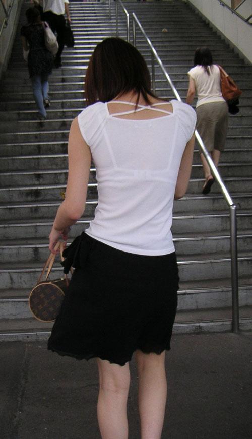 【人妻 透けブラ】街ゆく素人妻のシャツ越しに透けるブラジャー 画像35枚