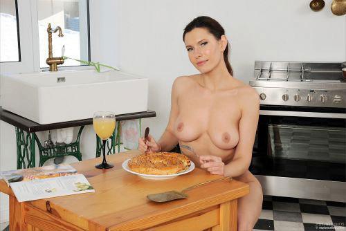 ポニーテールの美熟女の正統派w裸エプロングラビア!おっぱいもマ○コも見えてないのに、何でこんなにエロいんやww # 外人エロ画像