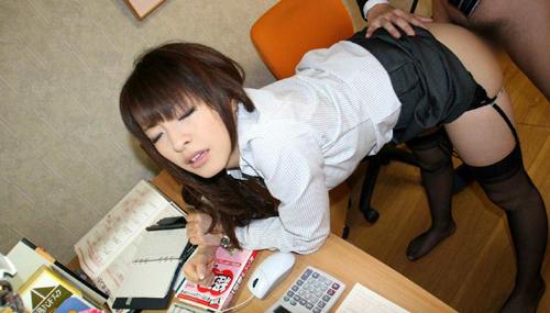 【OLセックスエロ画像】オフィスで性行為する働く美人お姉さん達…淫らなに喘ぐ姿に勃起しまくるwww