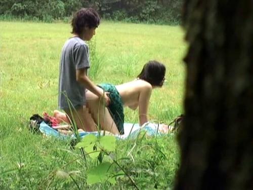 白昼から堂々と青姦をする変態カップルを発見wwwwwwwwwwwwww(画像あり)