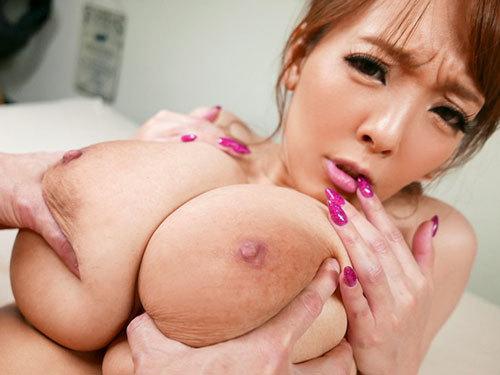 Hitomi おっぱいデカ過ぎで無愛想なお隣の巨乳お姉さんとツンデレ同棲生活