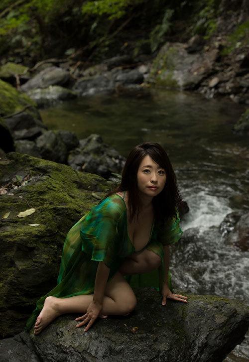 水樹たまの垂れ巨乳おっぱいとムチムチボディ11
