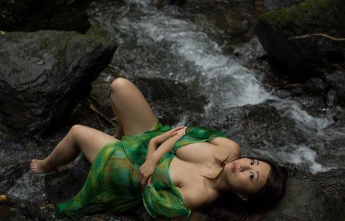 水樹たまの垂れ巨乳おっぱいとムチムチボディ29