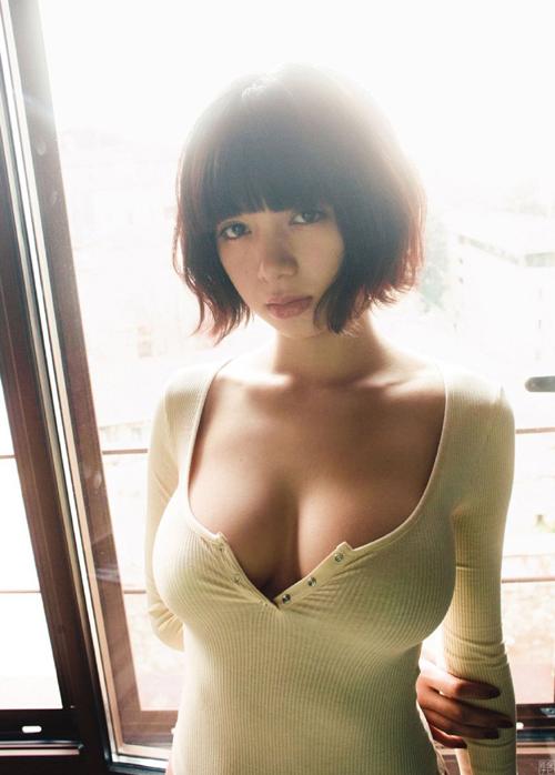 池田エライザ 美巨乳と超絶美尻。最高のスタイルをもつ美人女優のグラビア画像