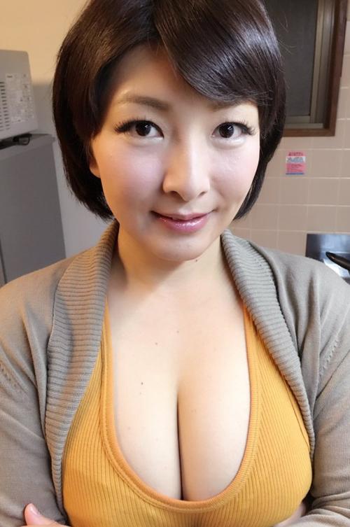 誰もが好物な巨乳の胸の谷間画像 part65