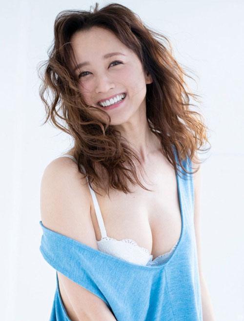 復活の小松彩夏 32歳の生々しいグラビア画像