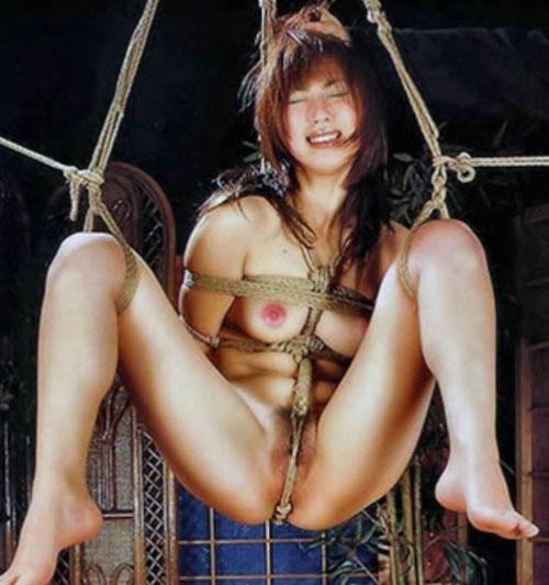 全裸にされて縄で縛られている、緊縛ヌードの娘たち