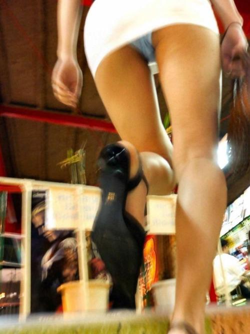 【ミニスカパンチラ盗撮エロ画像】階段の下から女性の下着を狙う…アングルが最高で興奮度が増すwww