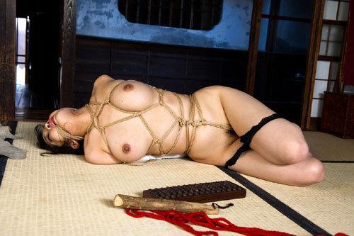 おっぱいを縛られて緊縛調教されてるお姉さん10