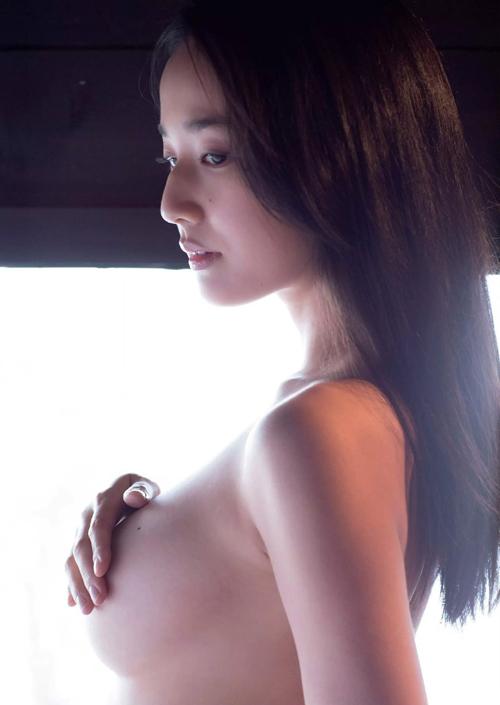 高嶋香帆 清潔なエロスを放つ手ブラ・セミヌード画像