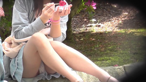 【パンチラ盗撮エロ画像】スカート女子のお股がユルユルだからパンツを見まくりwww