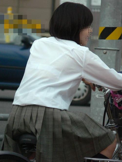 【JK透けブラ盗撮エロ画像】目の前にいる女子校生の下着がスケスケだったら鼓動が高まるwww