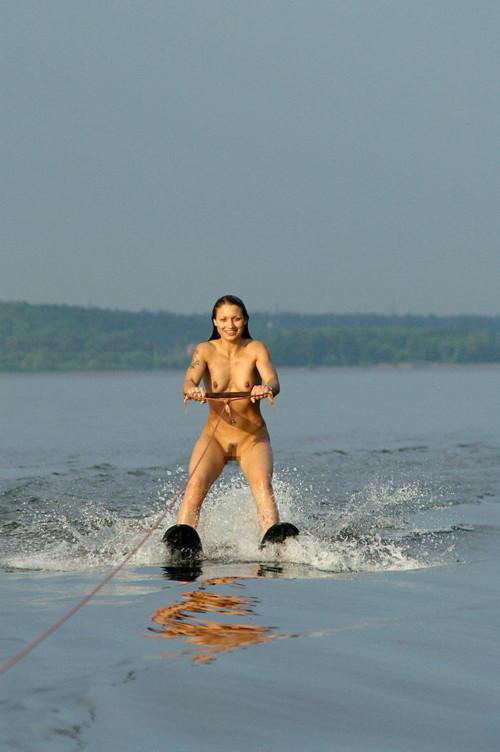 マリンスポーツを全裸でやっている女性の開放感半端ないwwwwwwwwwwwwww(画像あり)