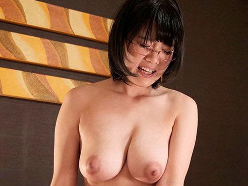 佐知子 Jカップおっぱいでご奉仕してくれる童顔メガネの爆乳風俗嬢入店