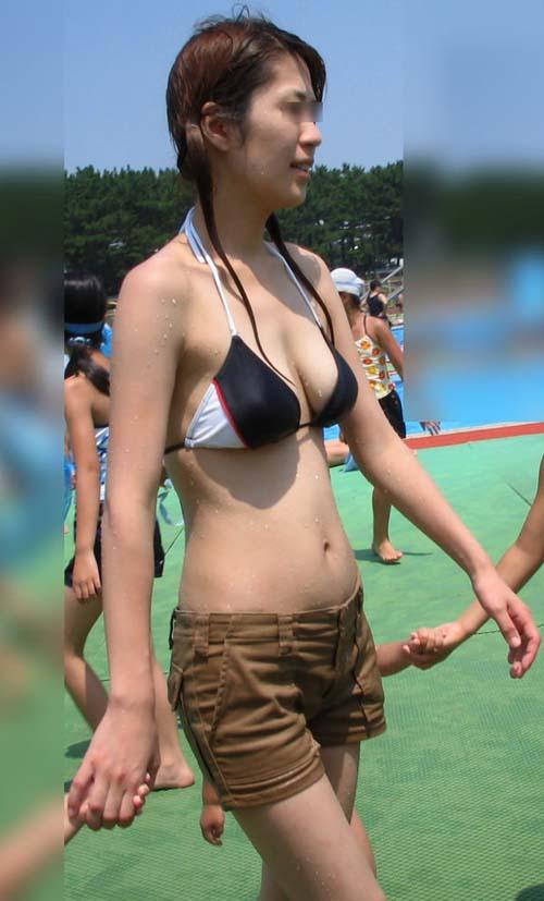 垂れ乳なのが水着の上からでも丸分かりの垂れ乳素人の水着画像!