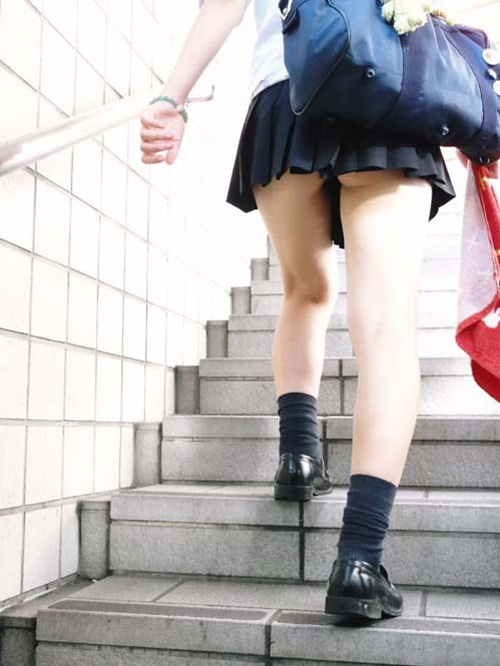 【JKパンチラ盗撮エロ画像】学校帰りの女子校生がターゲット…一日履いたパンツを隠し撮りwww