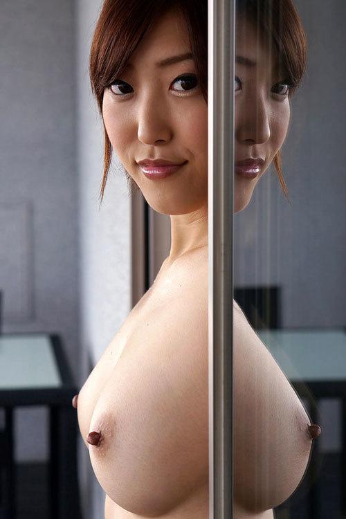 真横から見るおっぱいの膨らみが美しい女の子11