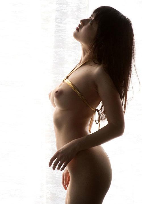真横から見るおっぱいの膨らみが美しい女の子24