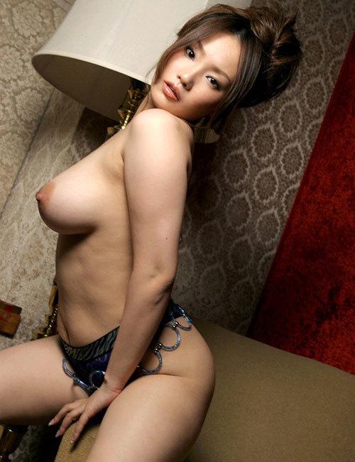 真横から見るおっぱいの膨らみが美しい女の子25