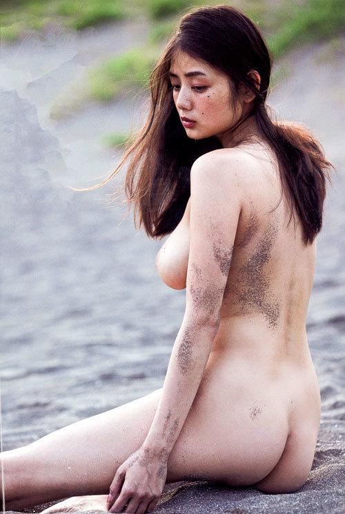 真横から見るおっぱいの膨らみが美しい女の子27