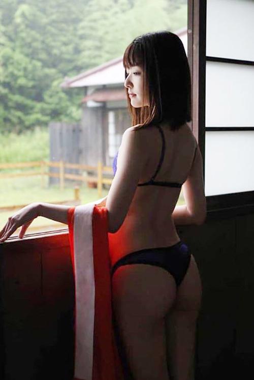夏目雅子の姪っ子「楯真由子」がケツ出しセミヌード!