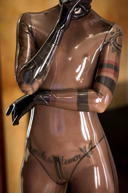 ラバースーツ画像 ピタピタの密着感