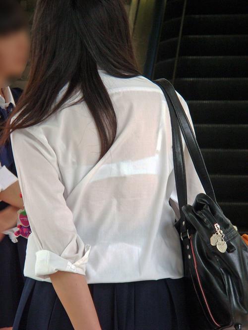 【JK透けブラ盗撮エロ画像】下着が浮き出てる女子校生を見つけたら鼓動の高鳴りが半端ないwww