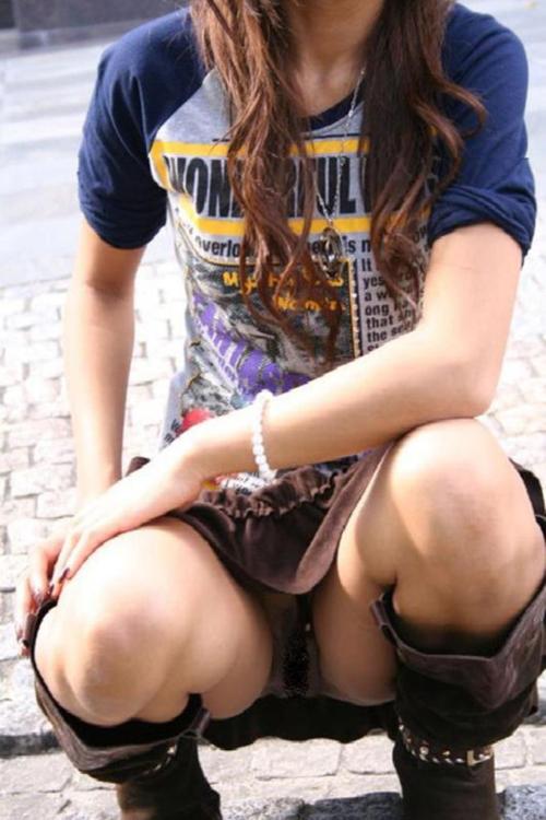 【パンチラ盗撮エロ画像】しゃがんでる女性のクロッチ部分がモロ見えだから隠し撮りwww