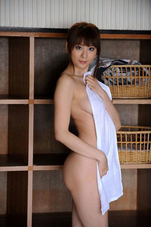 お風呂上がりバスタオルのお姉さんのおっぱい13