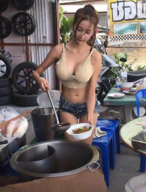 アジアの屋台で働く巨乳店員のおっぱい画像