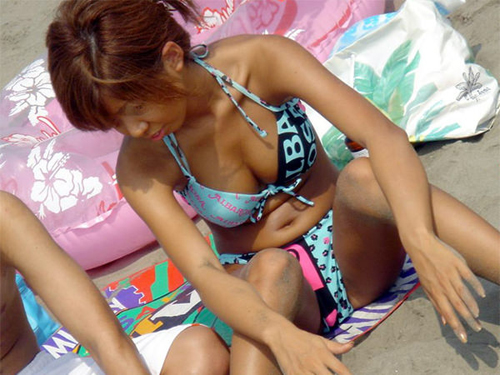 マンチラ注意!ビーチでM字開脚で座ってる水着素人の股間がアツイ!画像19枚