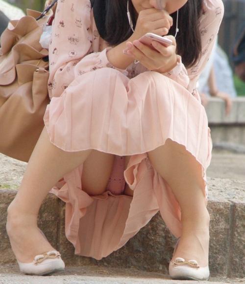 【街中パンチラ盗撮エロ画像】スカート履いて無防備に座るから太もも奥の下着が見えてしまう素人娘www