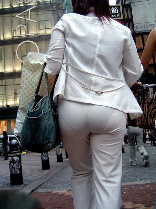【透けパン盗撮エロ画像】目の前の女性のクッキリ浮かび上がった下着ラインがスケベ過ぎるわwww
