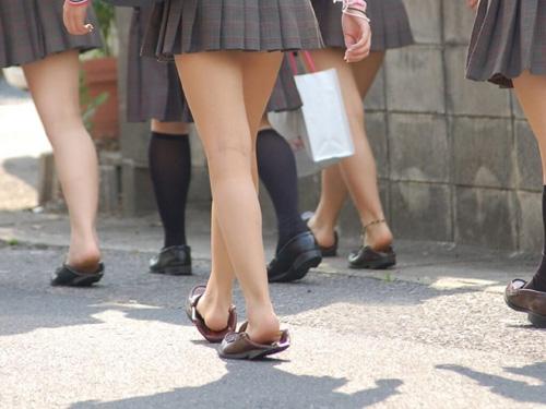 【JK生足エロ画像】女子校生の制服ミニスカからハミ出る美脚を食い入るようにガン見www