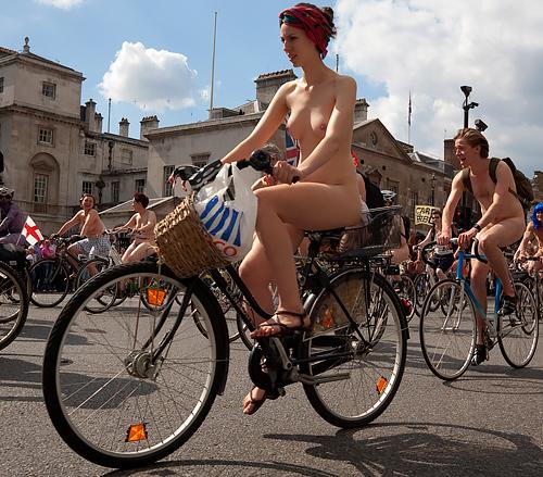 ビーチやプールだけでは飽き足らず、公共の道路でまでゼンラになりたがる外国人たちw裸に懸ける情熱、スゲェwww