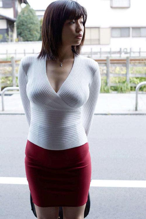 服を着てても着衣巨乳のおっぱいが豪快過ぎる2