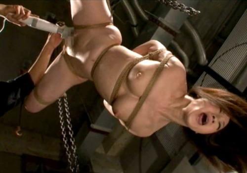 【SM画像】逆さ吊り状態で責めちゃう緊縛師のプレイがスゴスギwwwwww