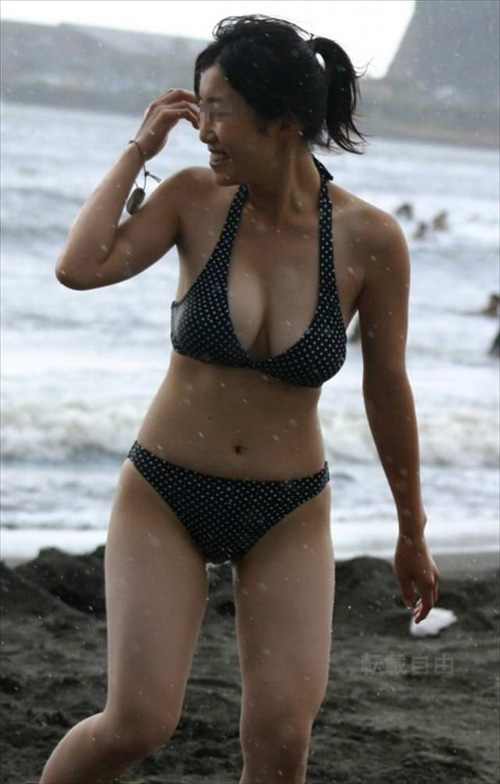 ビーチで戯れる自然な水着娘★エロ画像50枚