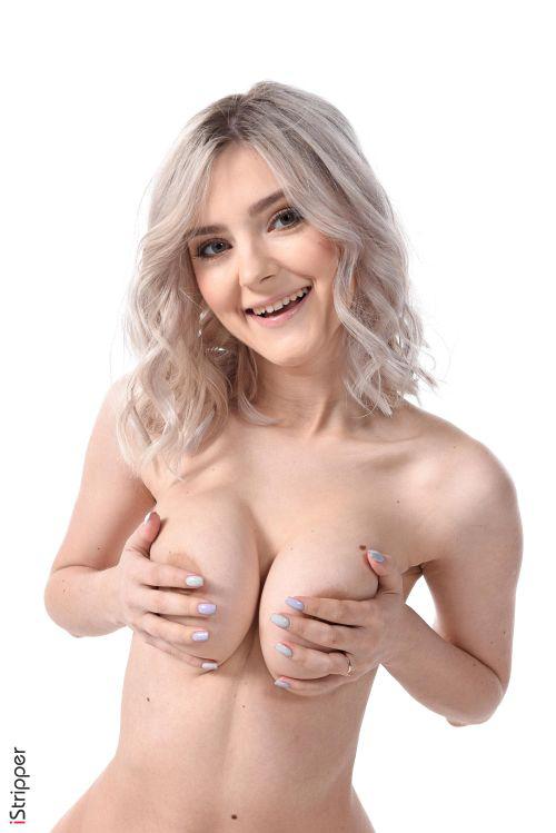 19歳のクセにセクシー過ぎw巨乳輪のチョイ垂れ巨乳がえちえちなロシアの金髪超美少女さんのエロ下着ヌードグラビアww # 外人エロ画像