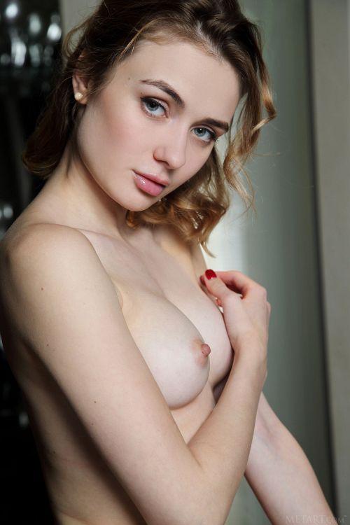 縞もイイけど白もイイw普段使いな白の綿パンツを、ぼっき美乳首の美女が穿くと…これはこれでアリ!萌えパンツヌードww # 外人エロ画像