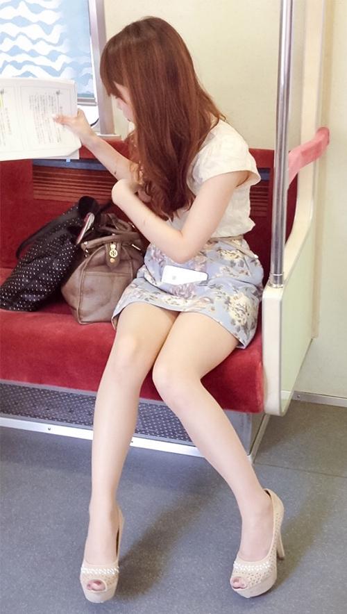 【電車内盗撮エロ画像】エロいオーラを漂わせるミニスカ女性の剥き出しのムチムチ太ももを隠し撮りwww