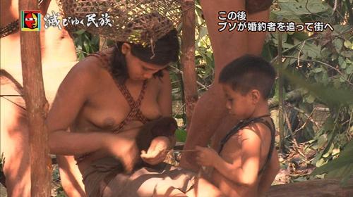 【画像】NHKの人気ドキュメンタリー「滅びゆく民族」に登場する裸族のおっぱいwwww