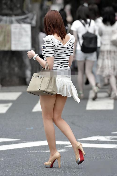 【ミニスカ美脚エロ画像】街中でミニスカ履いてる素人のスベスベしてそう下半身に視線は集中www