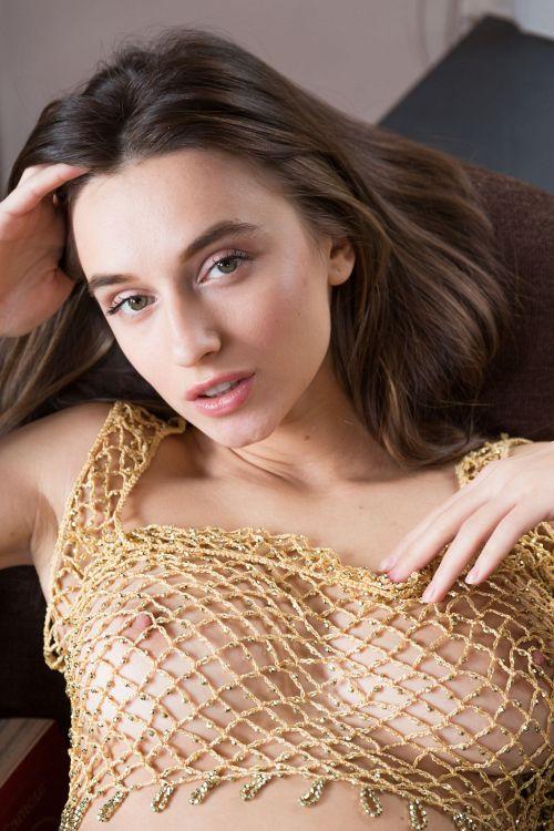 フィッシュネットを通して見る巨乳輪の垂れ巨乳がえっちえちwドエロい格好で読書する美女さん、結局全裸になってしまうww # 外人エロ画像