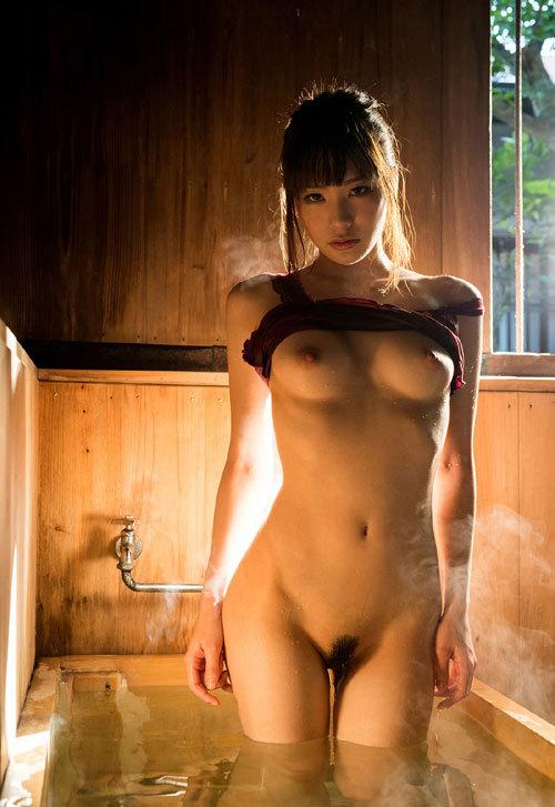 温泉でお風呂につかってるお姉さんのおっぱい7