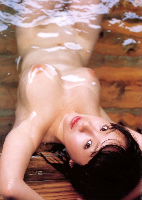 温泉でお風呂につかってるお姉さんのおっぱい9