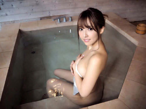 温泉でお風呂につかってるお姉さんのおっぱい10