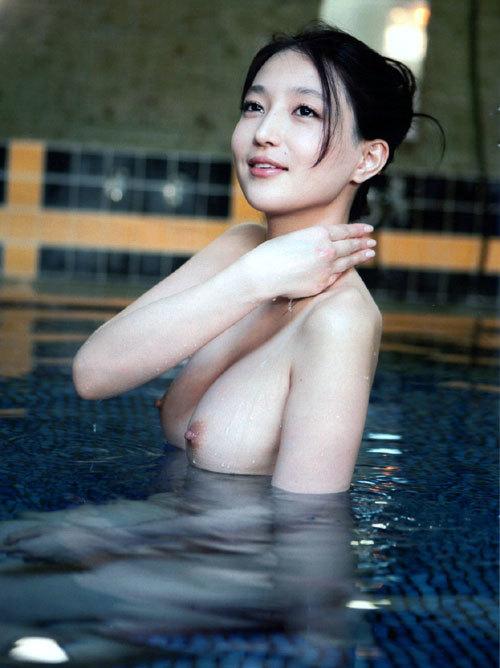 温泉でお風呂につかってるお姉さんのおっぱい11
